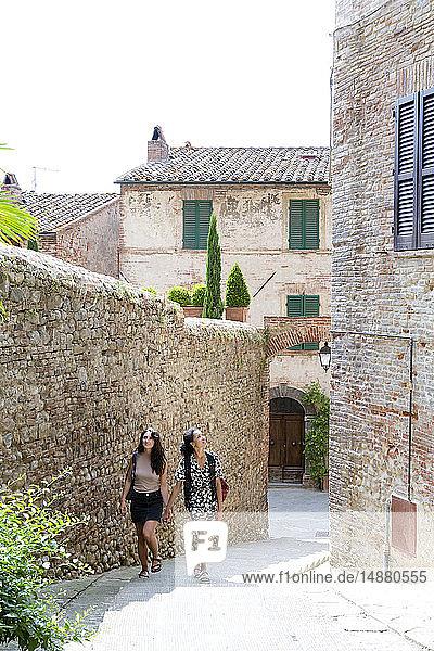 Freunde erkunden Città della Pieve  Umbrien  Italien