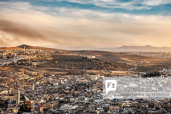 Stadtlandschaft und ferne Berge  erhöhte Ansicht  Fes  Marokko