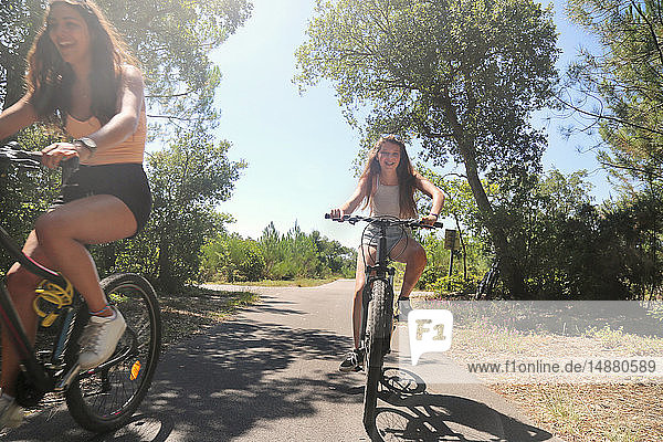 Jugendliche radeln auf der Landstraße  Aquitaine  Frankreich