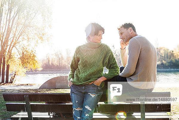 Besorgt dreinblickendes Paar auf Parkbank  Strandbad  Mannheim  Deutschland