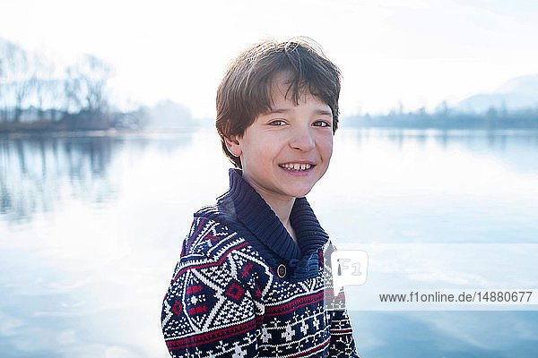 Junge am Seeufer  Porträt  Comer See  Lecco  Lombardei  Italien