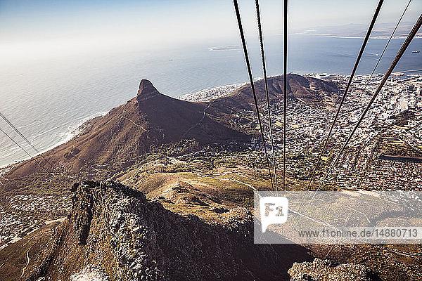 Blick von der Seilbahn zur Küste  Hochwinkelansicht  Kapstadt  Westkap  Südafrika