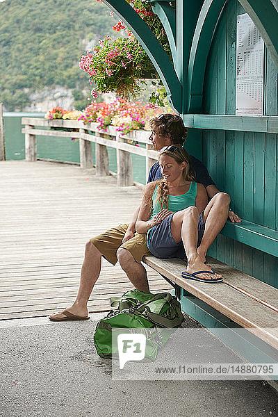 Junges Paar beim Entspannen auf der Pierbank  See von Annecy  Annecy  Rhône-Alpes  Frankreich