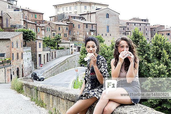 Freunde beim Imbiss  Città della Pieve  Umbrien  Italien