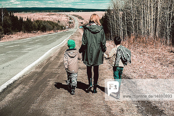 Mutter und Söhne gehen entlang einer abgelegenen Straße  Ural  Swerdlowsk  Russland