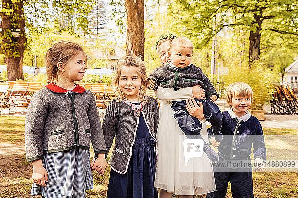 Mädchen  Junge und Baby Junge im Park  Porträt