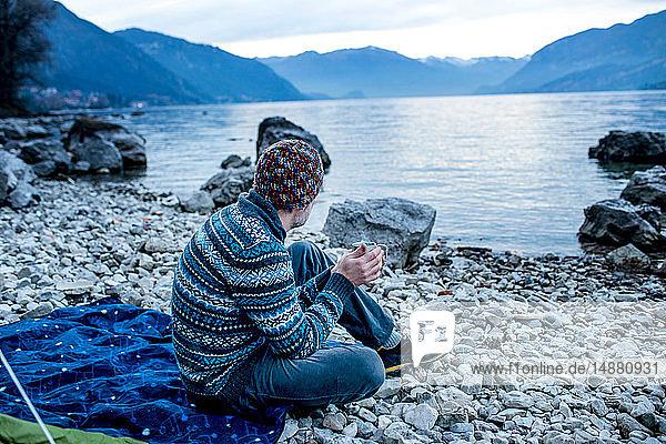 Mann zeltet am Seeufer  Onno  Lombardei  Italien
