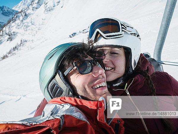 Skifahrerpaar mit Helm und Skibrille am Skilift  Alpe Ciamporino  Piemont  Italien