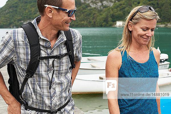 Ein erwachsenes Paar spaziert am See von Annecy  Annecy  Rhône-Alpes  Frankreich
