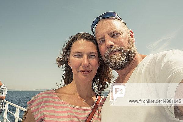 Reifes Paar am Pier  Selbstporträt  Portoferraio  Toskana  Italien