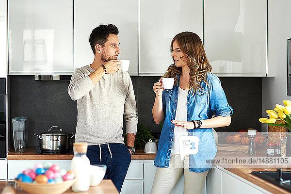 Ehepaar trinkt Kaffee in der Küche