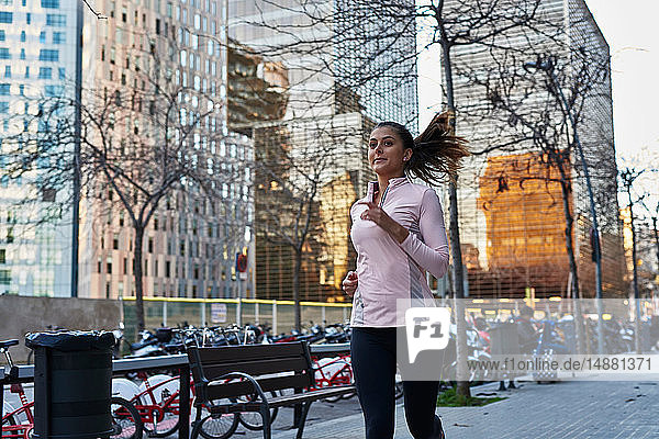 Frau joggt auf dem Bürgersteig  Barcelona  Katalonien  Spanien