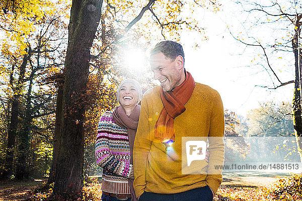Paar beim Spaziergang im Herbstpark  Strandbad  Mannheim  Deutschland
