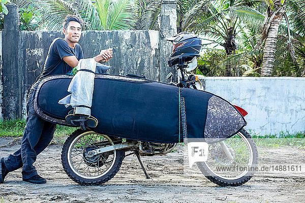 Motorradfahrer mit Surfbrett auf dem Fahrrad  Pagudpud  Ilocos Norte  Philippinen