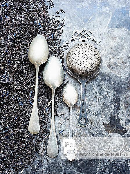 Teeblätter  Teesieb und Silberlöffel Teeblätter, Teesieb und Silberlöffel