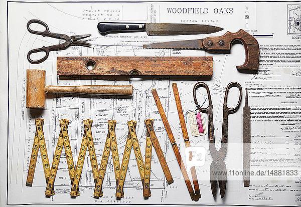 Vielfalt an alten Handwerkzeugen auf der Grundstückskarte  Draufsicht