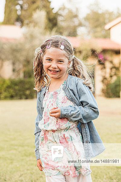 Süßes Mädchen mit Zöpfen im Garten  Porträt  Portoferraio  Toskana  Italien