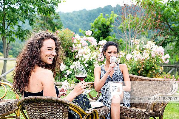 Frauen auf Korbstühlen im ländlichen Garten  Città della Pieve  Umbrien  Italien