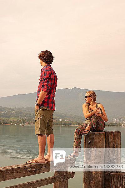 Junges Paar schaut vom Pier aus  Annecy-See  Annecy  Rhône-Alpes  Frankreich