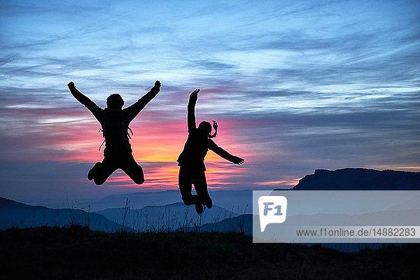 Wanderer  die vor Freude springen  Manigod  Rhône-Alpes  Frankreich