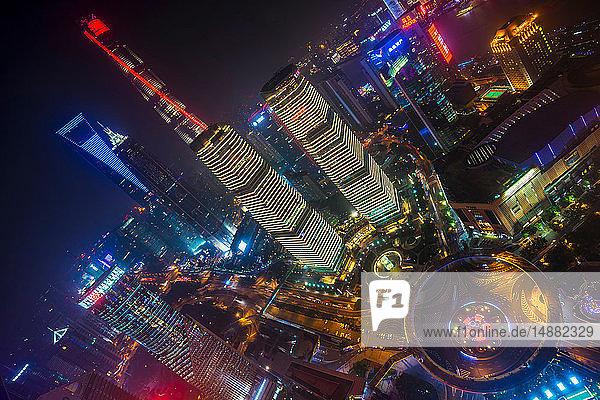 Pudong-Skyline mit Shanghai Tower  Shanghai World Financial Centre und IFC bei Nacht  Hochwinkelansicht  Shanghai  China