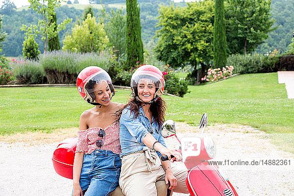 Frauen auf dem Roller auf dem Land  Città della Pieve  Umbrien  Italien