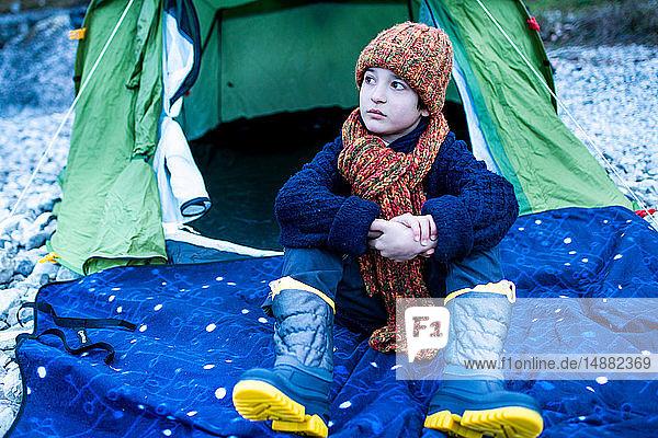 Junge mit Strickmütze sitzt vor dem Zelt am Comer See  Comer See  Onno  Lombardei  Italien