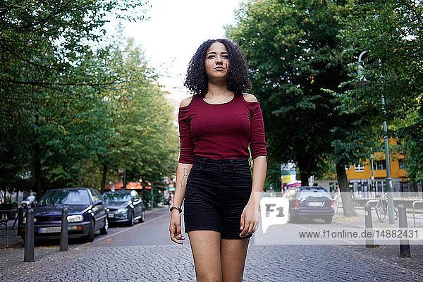 Junge Frau mitten auf der Straße  Berlin  Deutschland