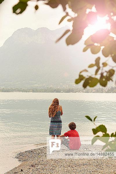 Junges Paar mit Blick auf den See von Annecy  Annecy  Rhône-Alpes  Frankreich
