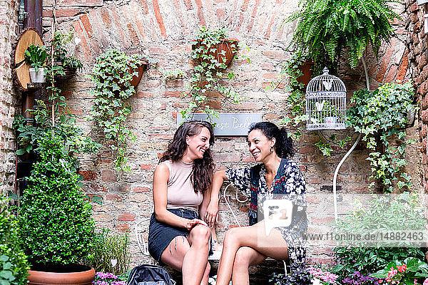 Freunde genießen friedliche Ecke mit Pflanzen  Città della Pieve  Umbrien  Italien