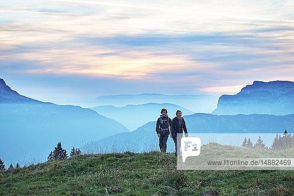 Wanderer mit nebligen Bergen im Hintergrund  Manigod  Rhône-Alpes  Frankreich