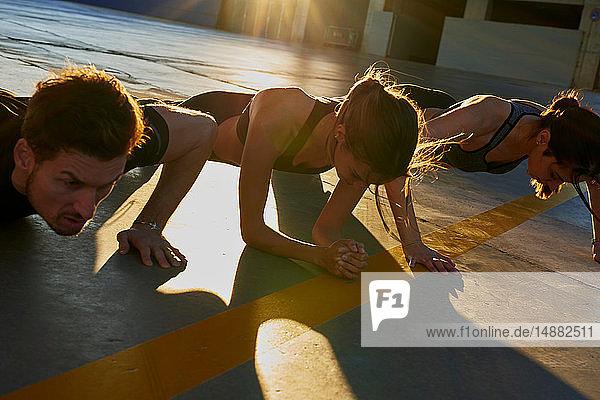 Freunde bei Sonnenuntergang im Sportstadion auf der Planke