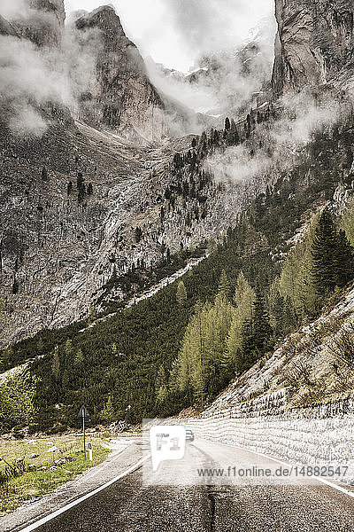 Landschaft mit Bergtalstraße und niedriger Wolke  Sankt Ulrich am Pillersee  Tirol  Österreich
