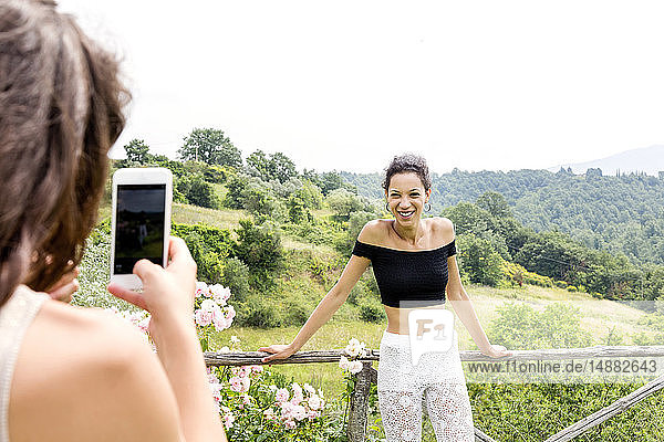 Frau fotografiert einen Freund mit Blick auf Città della Pieve  Umbrien  Italien