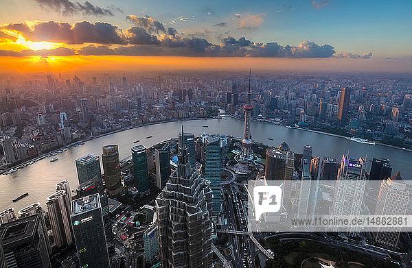 Pudong-Skyline und Huangpu-Fluss bei Sonnenuntergang  Hochwinkelansicht  Shanghai  China