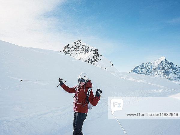 Junge Skifahrerin mit Helm und Skibrille in schneebedeckter Landschaft  Porträt  Alpe Ciamporino  Piemont  Italien