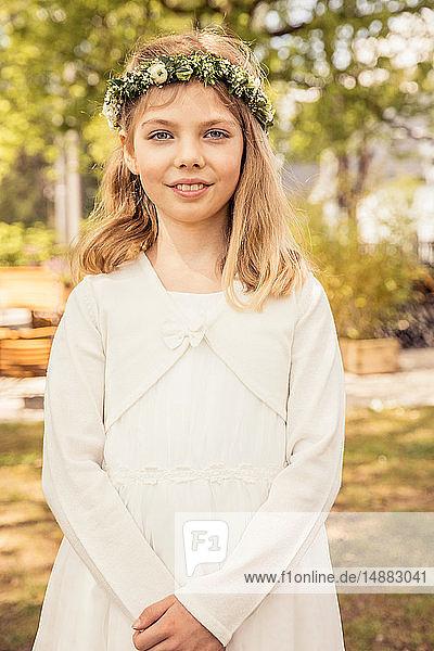 Mädchen mit Blumenkopfbedeckung im Park  Porträt