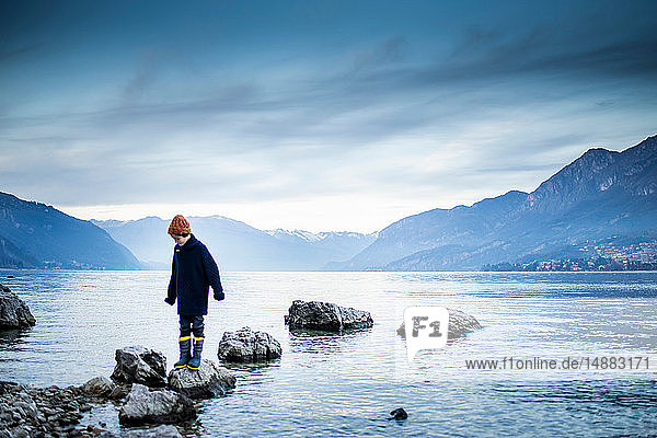 Junge erkundet das Seeufer  Onno  Lombardei  Italien