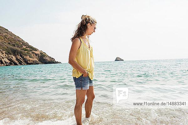 Reife Frau steht knöcheltief im Meer  Portoferraio  Toskana  Italien
