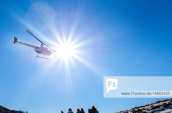 Hubschrauber überfliegt Piani Resinelli  Lombardei  Italien