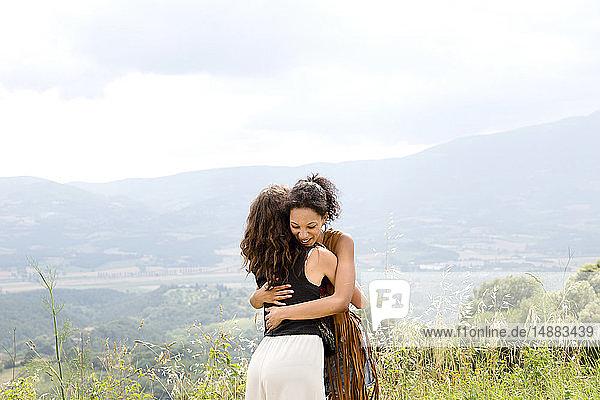 Freunde umarmen sich auf dem Hügel  Città della Pieve  Umbrien  Italien