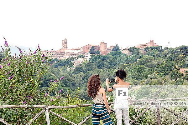 Freunde beim Fotografieren von Ansichten  Città della Pieve  Umbrien  Italien