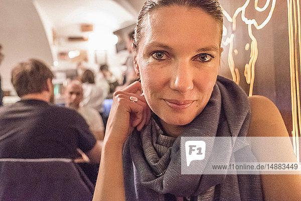 Reife Frau am Restauranttisch  Porträt