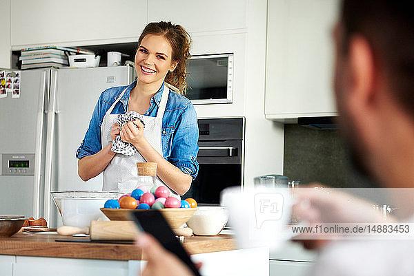 Paar redet und backt in der Küche