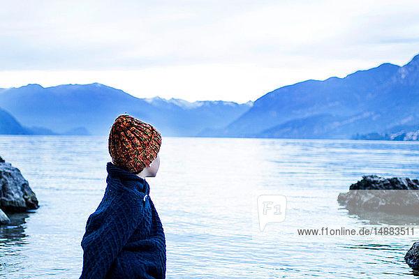 Junge mit Blick auf den See  Onno  Lombardei  Italien