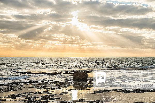 Sonnenbeschienene Meereslandschaft  Byblos  Berg Libanon  Libanon