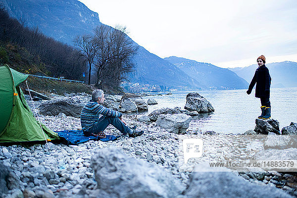 Vater und Sohn zelten am Seeufer  Onno  Lombardei  Italien