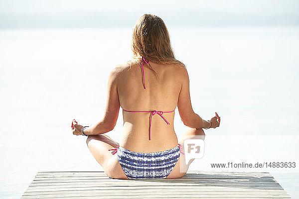 Frau macht Yoga von Lac d'Annecy  Annecy  Frankreich