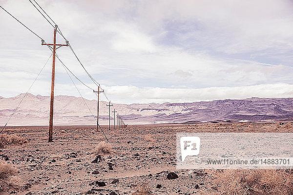 Aride Landschaft mit einer Reihe von Telegraphenmasten  Keeler  Kalifornien  USA