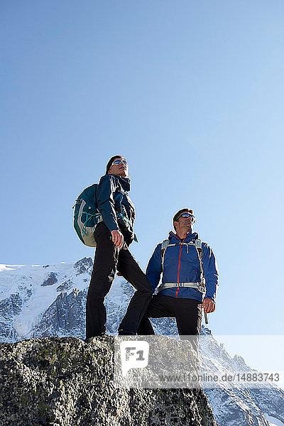 Bergsteiger genießen die Aussicht  Chamonix  Rhône-Alpen  Frankreich